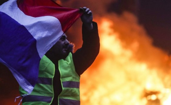 [Protestos em Paris deixam 30 feridos e 615 detidos]