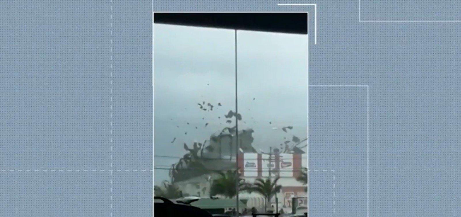 [Forte ventania derruba telhado de supermercado em Eunápolis neste sábado]