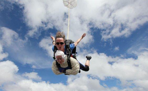 [Australiana de 102 anos quebra recorde de pessoa mais velha a saltar de paraquedas]