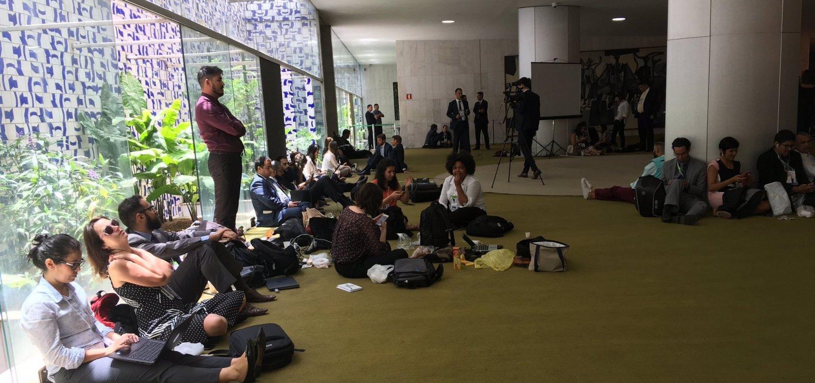 [Posse de Bolsonaro: jornalistas têm circulação restrita e relatam ameaças]