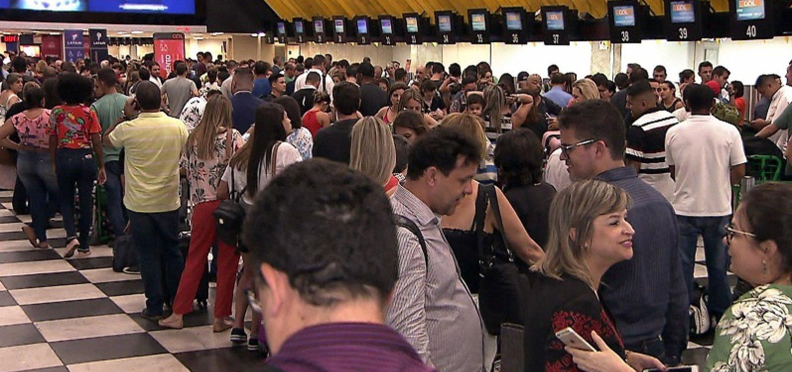 [Aeroporto de Congonhas tem filas após chuva fechar terminal]