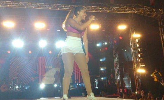 [Show de Anitta no Ceará é interrompido após queda de parte da estrutura do palco]