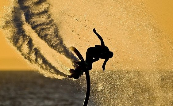 [Projeto Sou Verão leva aulas gratuitas de esportes aquáticas para Itacimirim]
