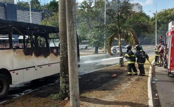 [Ônibus pega fogo em Nazaré e passageiros escapam pelas janelas]