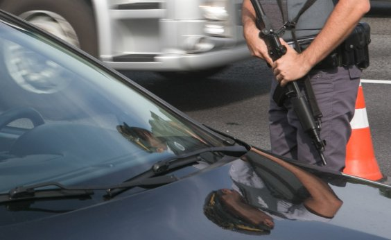 [Policiais são presos por cobrar dinheiro dos motoristas em falsa blitz ]