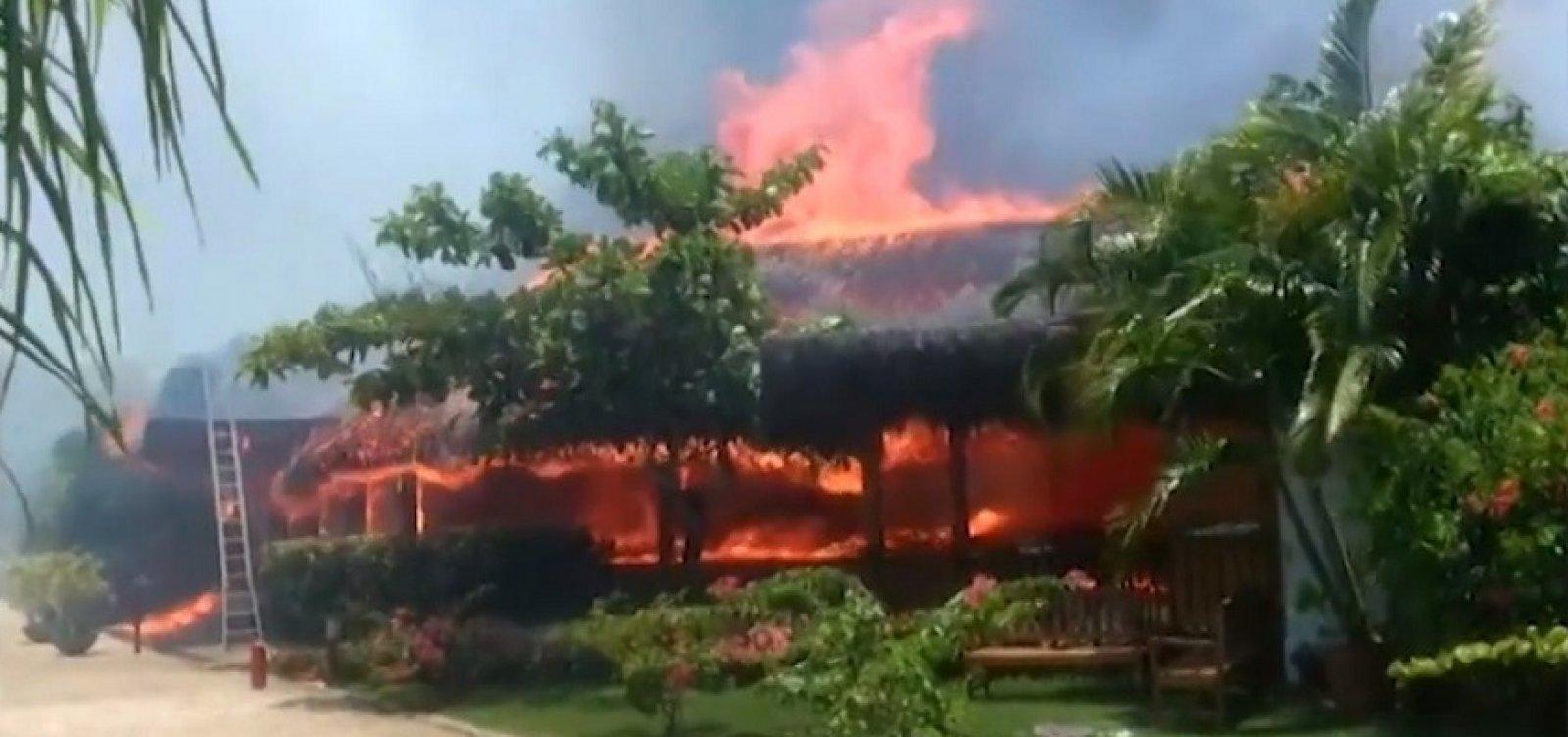 [Fogo em lixo se alastra e incêndio atinge hotel de luxo em Porto Seguro]