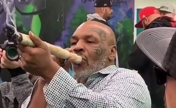 [Mike Tyson fuma cigarro gigante de maconha nos Estados Unidos]