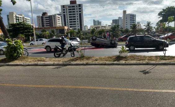 [Carro capota na avenida Magalhães Neto na manhã de hoje]