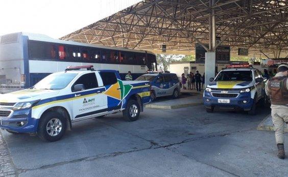 [Com pneus 'carecas', ônibus clandestino que levava passageiros é apreendido em Juazeiro]