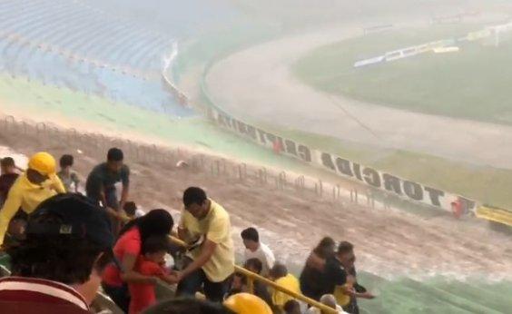 [Vídeo: Temporal causa pânico antes da partida entre Bahia e Conquista no Lomantão]
