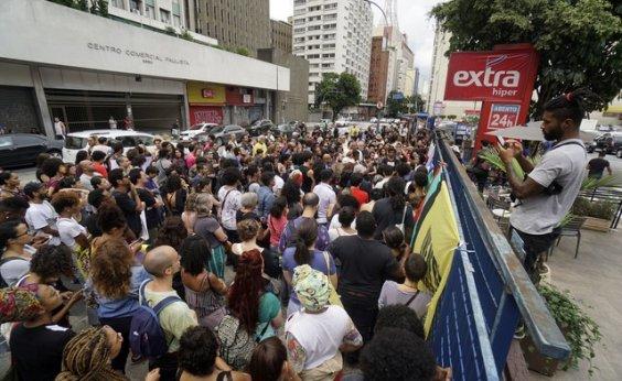 [Manifestantes fazem ato em frente a supermercado onde jovem foi morto por segurança na Zona Oeste do Rio]