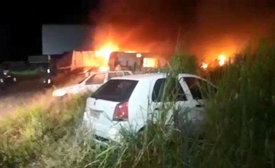 [Incêndio atinge veículos em pátio da prefeitura de Porto Seguro]