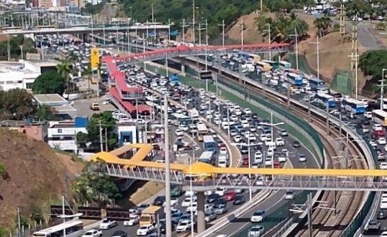 [Carro capota na Avenida Paralela e deixa trânsito congestionado]