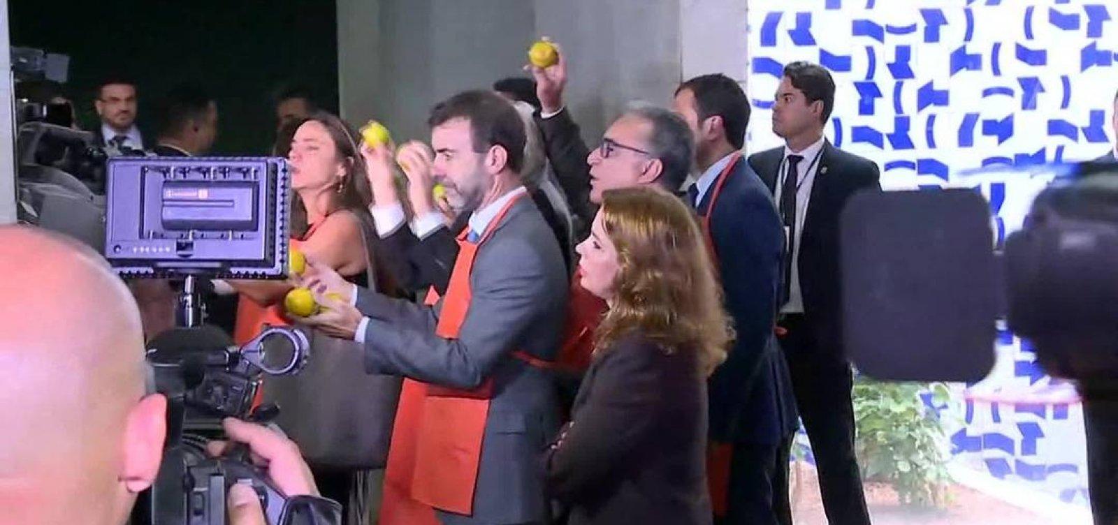 [Oposição leva laranjas a Bolsonaro durante apresentação proposta de reforma da Previdência]