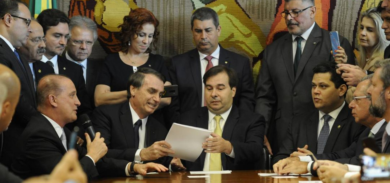 [Ainda sem incluir militares, Bolsonaro apresenta ao Congresso proposta de reforma da Previdência ]
