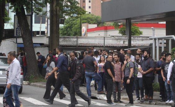 [Prédio é evacuado após 50 funcionários pularem ao mesmo tempo em palestra motivacional]