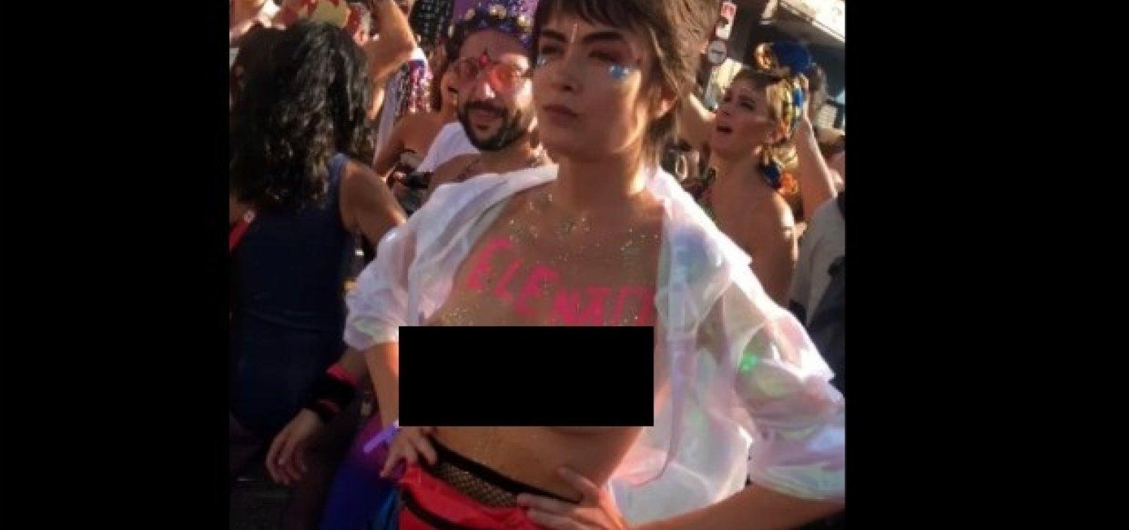 [Maria Casadevall faz toppless em bloco de Carnaval em SP; assista]