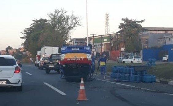 [Caminhão da Brasilgás capota no trecho de Águas Claras da BR-324]
