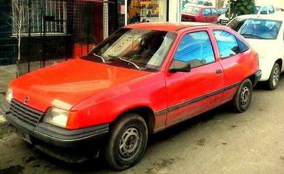 [Veículos dos anos 90 ainda rodam na frota de táxis de Salvador]