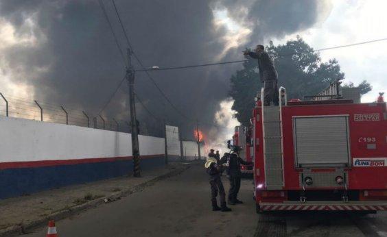 [Corpo de Bombeiros alerta para perigo de fumaça tóxica após incêndio em Valéria]