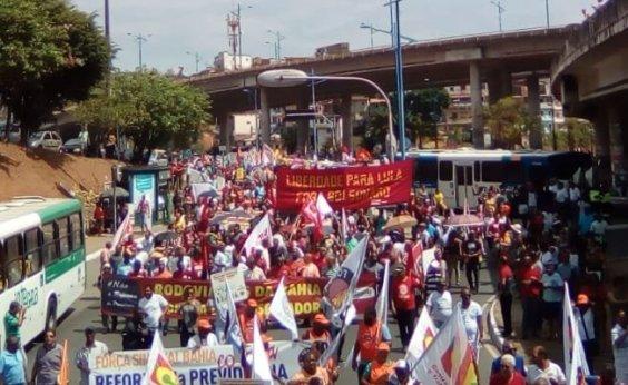 [Manifestantes fazem caminhada contra Reforma da Previdência em Salvador]