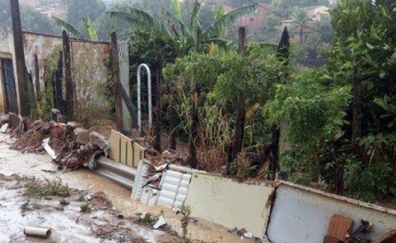 [Casas e ruas ficam alagadas no sul da Bahia devido à chuva forte]