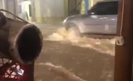 [Chuva alaga ruas e forma correnteza em rua do Rio Vermelho; vídeo]