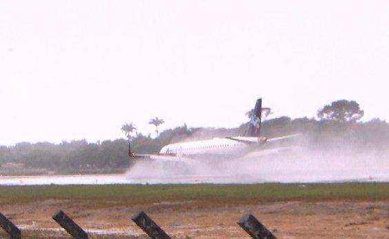 [Passageiros com voos cancelados por causa de chuva lotam Aeroporto de Porto Seguro]