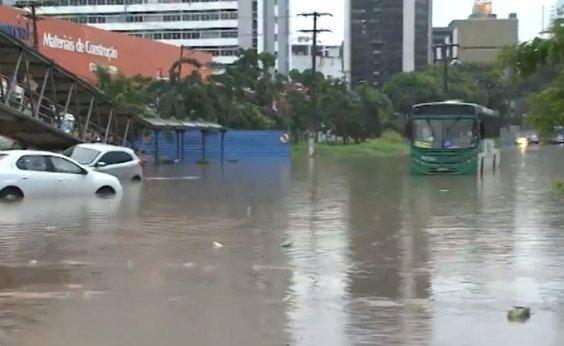[Avenida ACM alaga devido a forte chuva e veículos ficam ilhados na pista]