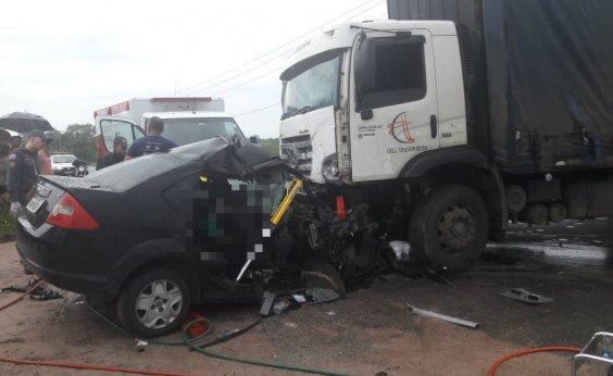 [Motorista morre após colisão com caminhão em Dias D'Ávila]