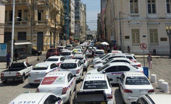 [Motoristas de táxi e vans protestam em frente à CMS contra projeto dos apps de transporte]