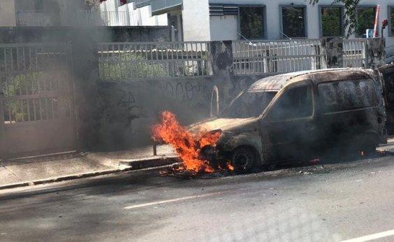 [Carro dos Correios pega fogo na Garibaldi; veja vídeo]