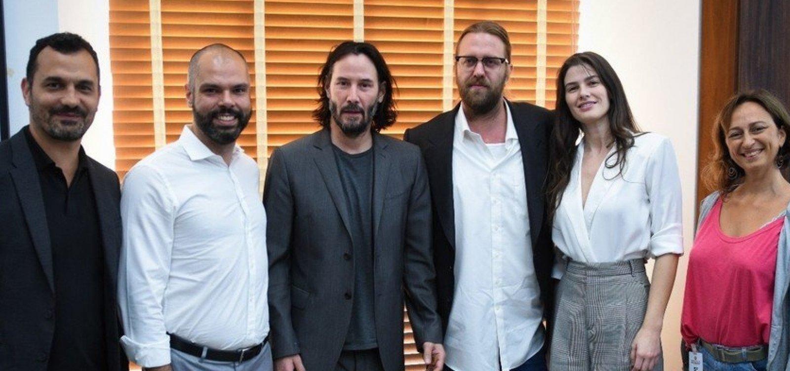 [Keanu Reeves vem a São Paulo pedir apoio para gravar série na cidade]