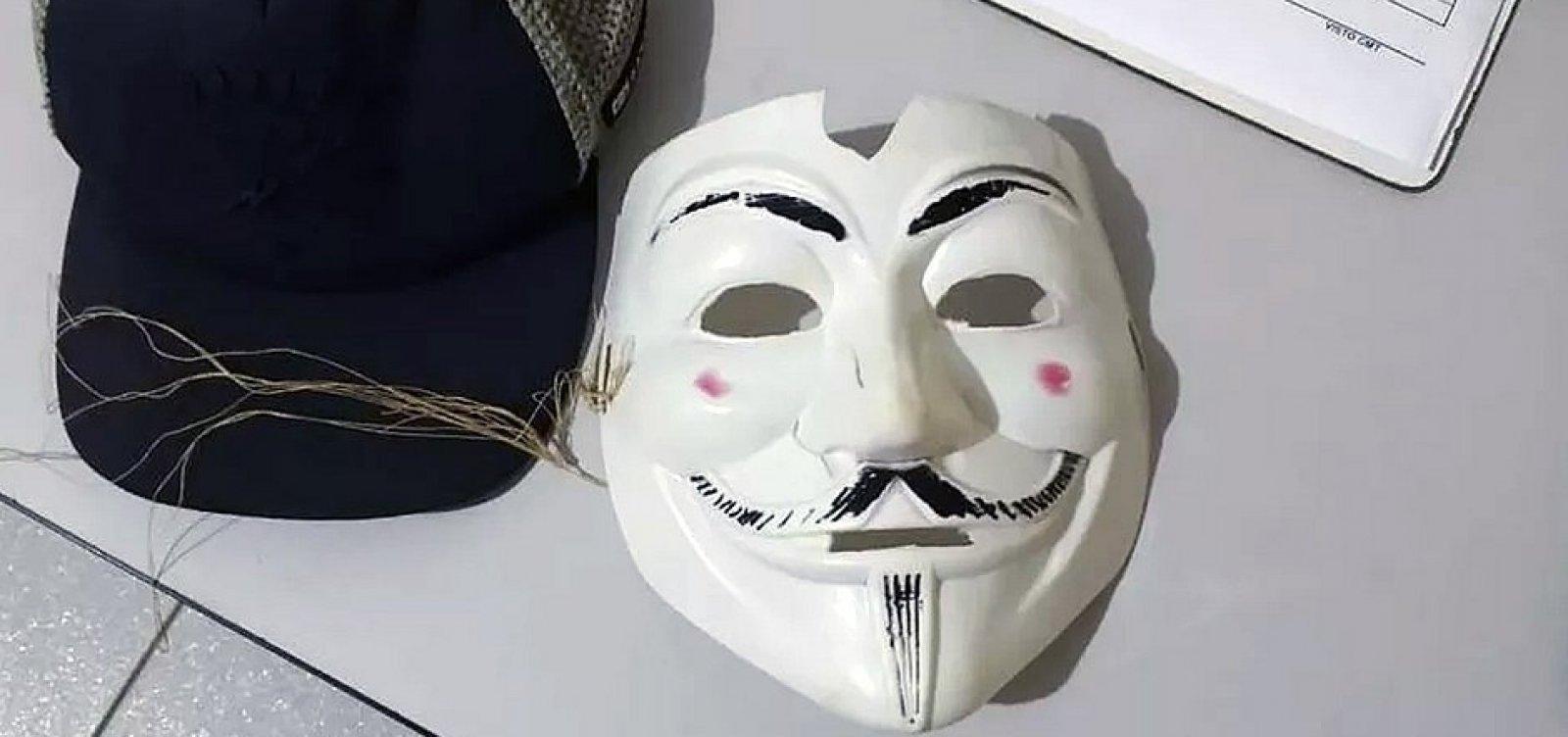 [Três adolescentes mascarados e com machado invadem escola no Paraná]