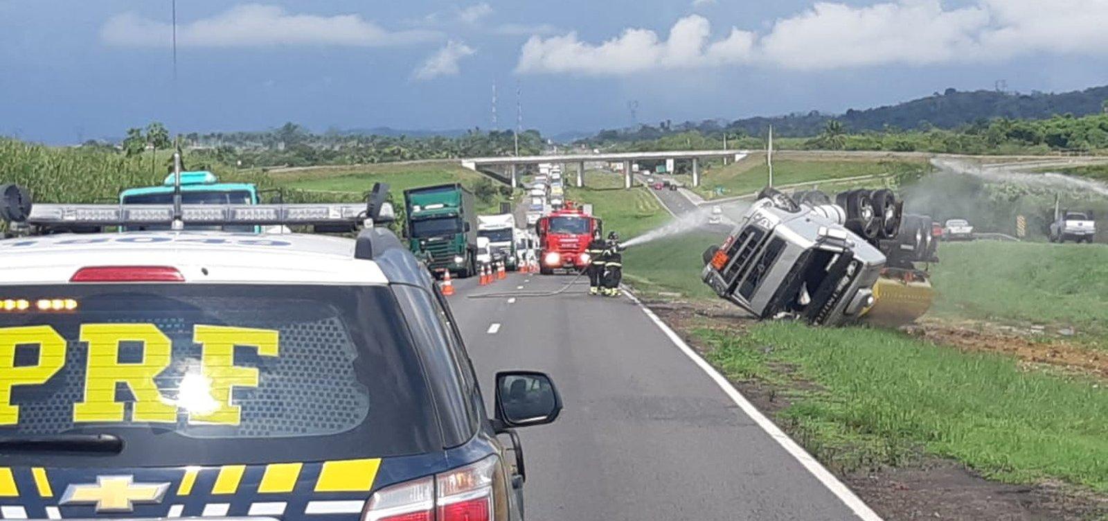 [Após acidente com caminhão-tanque, trânsito é liberado na BR-324]