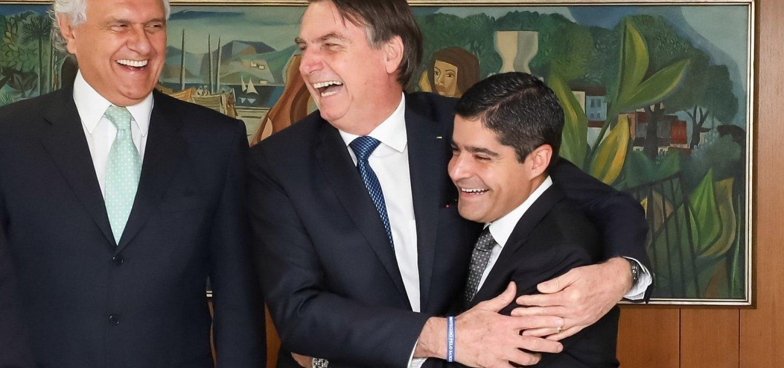 [Foto de ACM Neto abraçado com Bolsonaro vira piada entre líderes partidários]