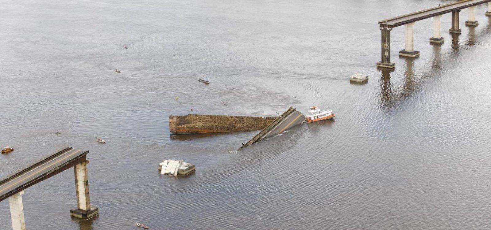[Dois veículos caem em rio após balsa bater e causar desabamento de ponte no Pará]