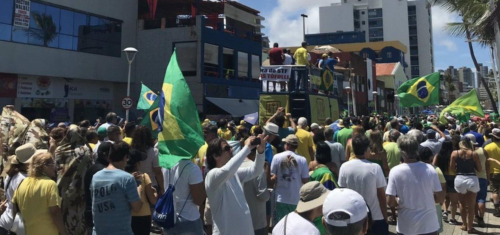 [Manifestantes fazem ato pró-Bolsonaro no Farol da Barra]