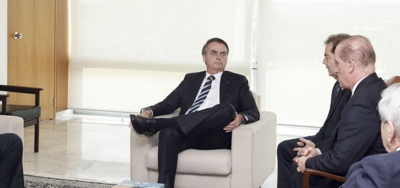 [Bolsonaro diz que vai anunciar o 13º salário do Bolsa Família amanhã]