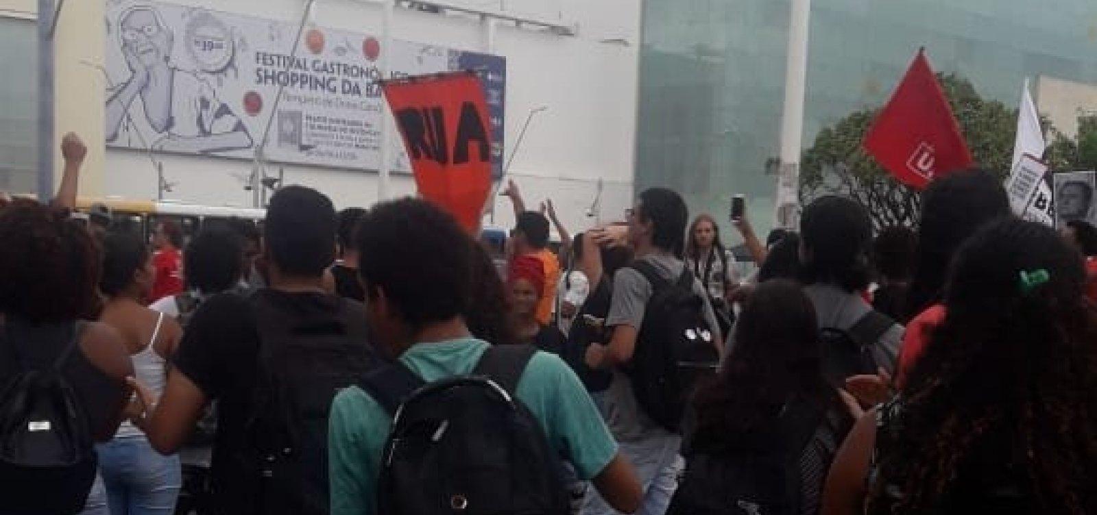 [Estudantes e professores estaduais fazem manifestação em Salvador]