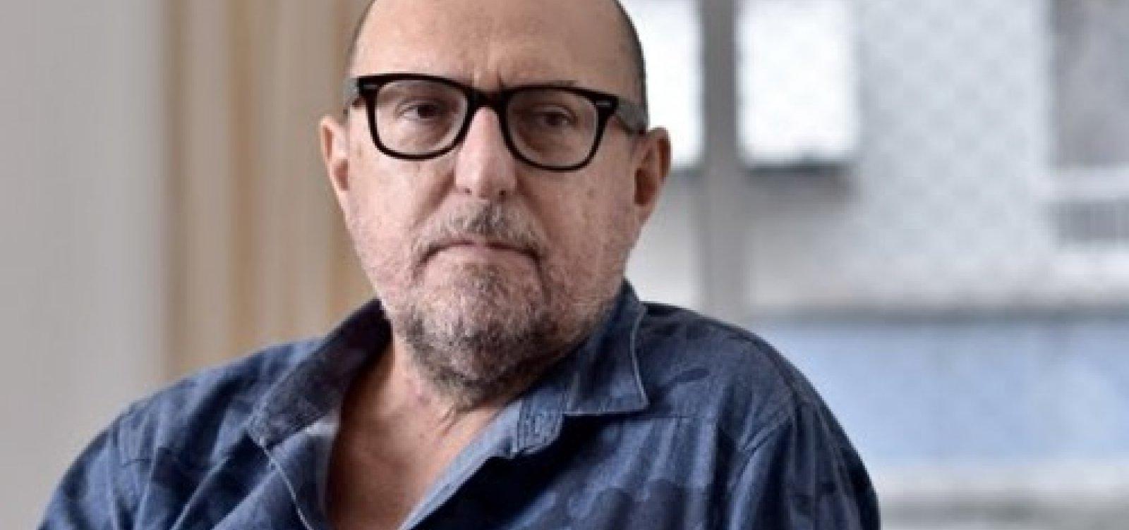 [ Xico Sá critica amadorismo de Bolsonaro: 'Cabarés que conheci eram todos organizados']
