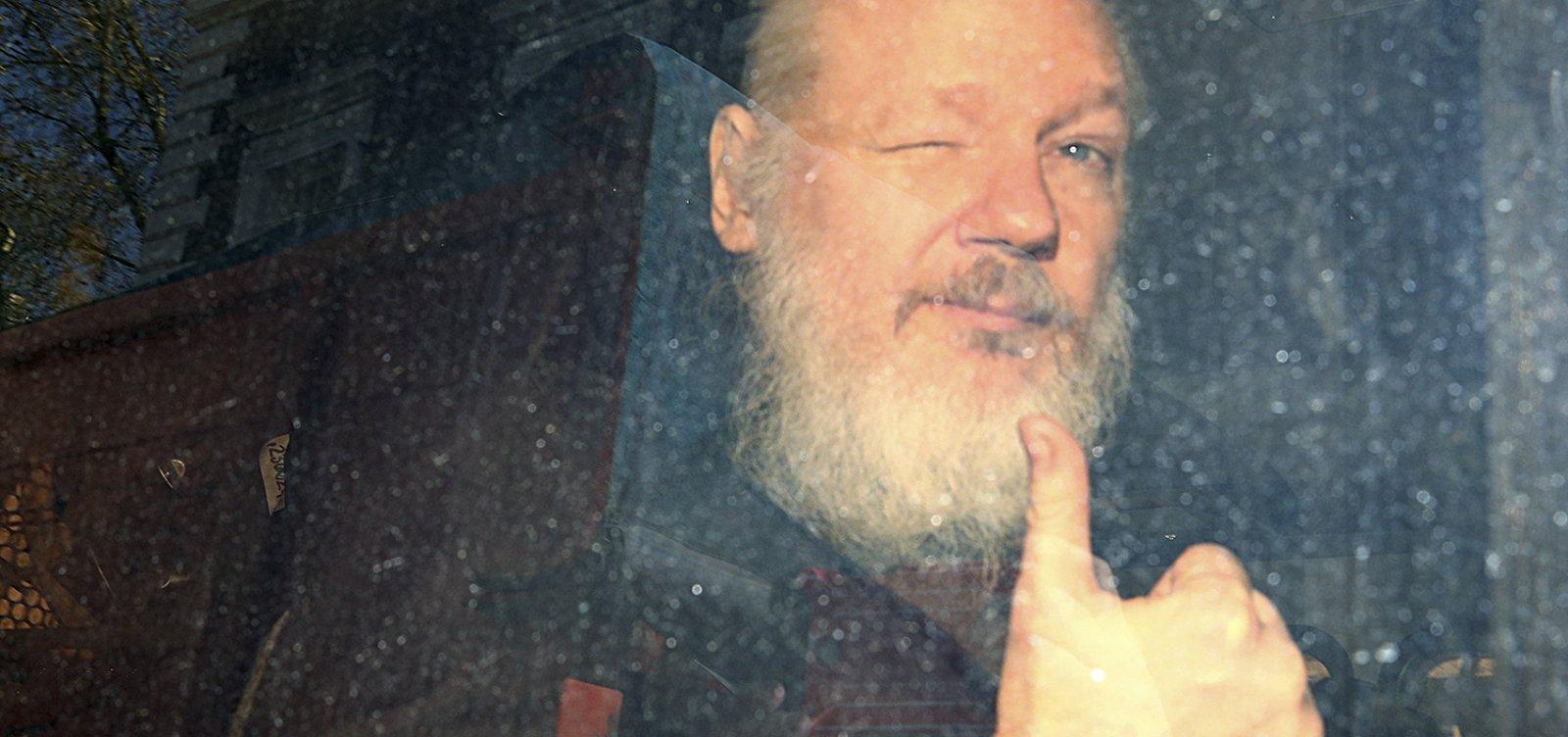 [Parlamentares britânicos pedem extradição de Julian Assange para a Suécia]