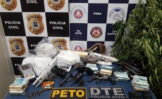 [Mãe e filho são presos com R$ 34 mil, armas e drogas em Vitória da Conquista]