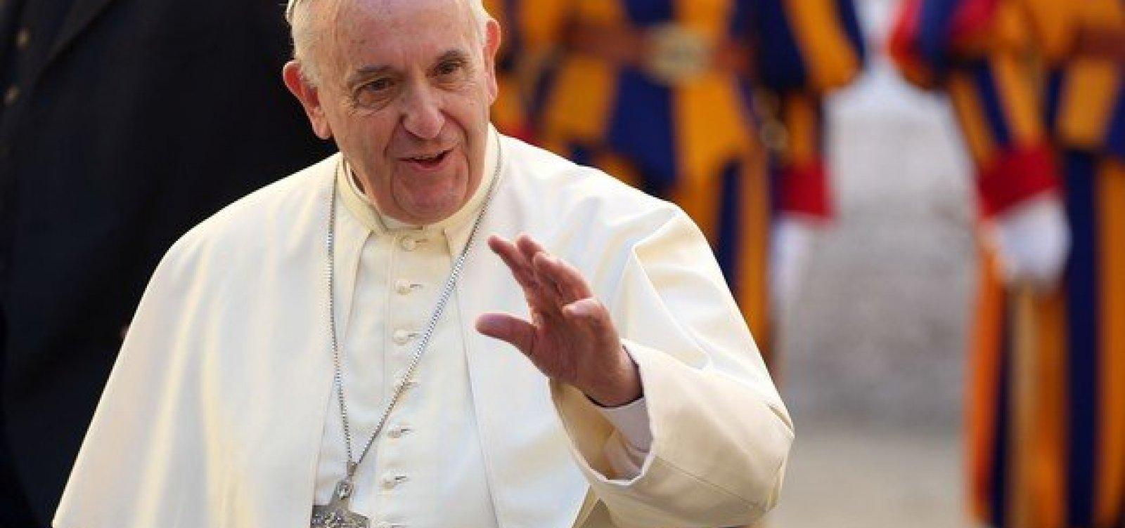[Papa Francisco pede que estudantes deixem vício do celular]