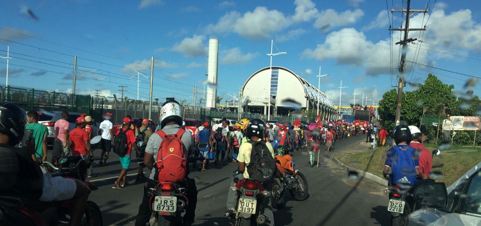 [Protesto de integrantes do MST complica trânsito em Salvador; veja vídeo]