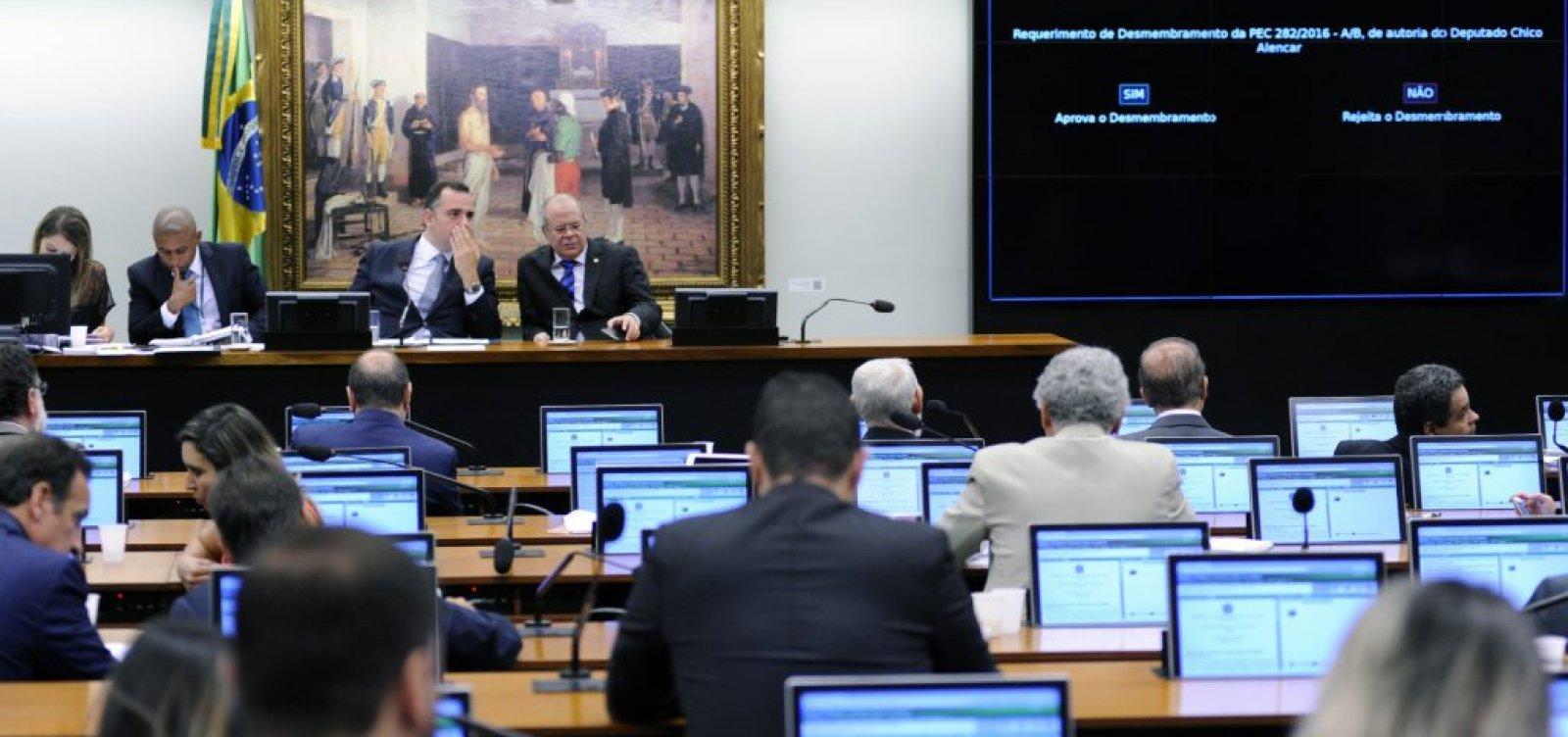 [Deputados do PSL madrugam na CCJ para tentar blindar reforma]