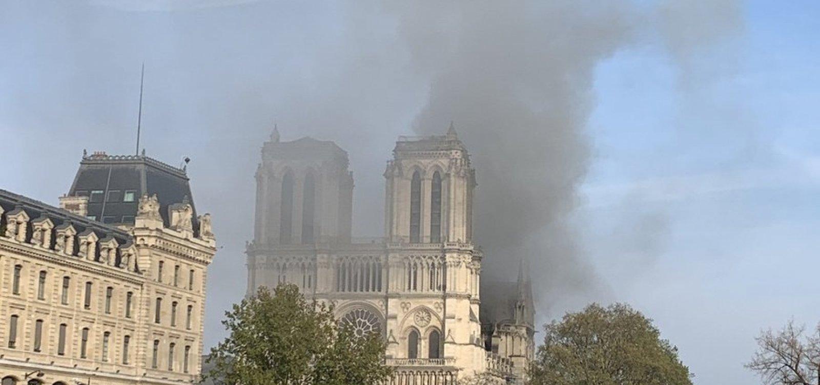[Incêndio atinge a Catedral de Notre-Dame, em Paris]