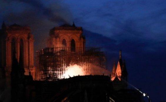 [Bombeiros franceses não sabem se podem controlar incêndio em Notre-Dame]