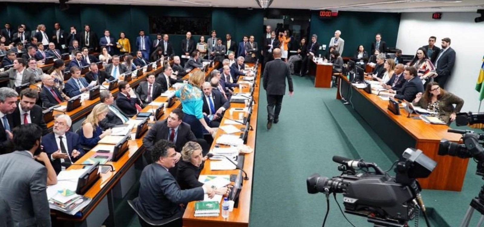 [CCJ encerra sessão sobre Previdência após 12 horas; debate será retomado hoje]