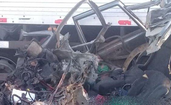 [Dois homens morrem em batida entre carro e caminhão-baú na BR-407]